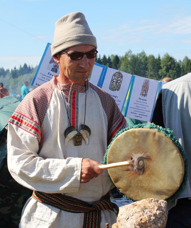 Коми-пермяцкий шаман скептически настроен по отношению к якутскому колдуну, идущему в Кремль изгонять злых духов